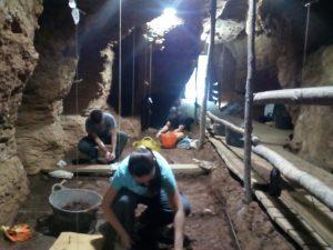 Excavacions a la Cova del Toll